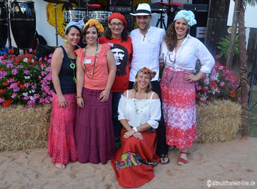 Petra Böhm(kniend) füreute sich zusammen mit Daniel Girschele (oben mitte) und ihrem Team auf die Besucher de Kubanischen Abends