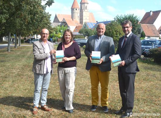 von links: Herausgeber Dr. Thomas MEdicus, Autorin Sandra Starke, Stadtarchivar Werner Mühlhäußer und Bürgermeister Karl-Heinz Fitz
