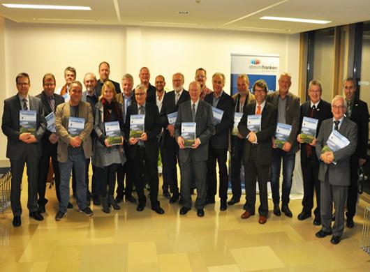 Gruppenbild der mitwirkenden Personen zusammen mit dem Herausgeber Dr. Johann Schrenk (2. v. r.) und Landrat Gerhard Wägemann (3. v. r.)